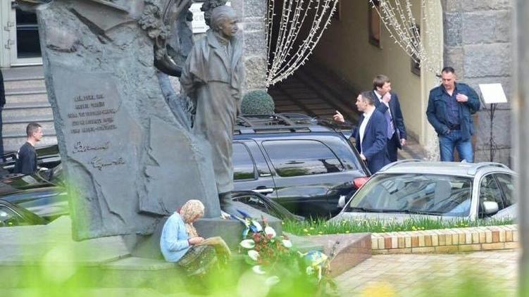Виталий Кличко направляется к своим джипам, фото: Аркадий Манн,