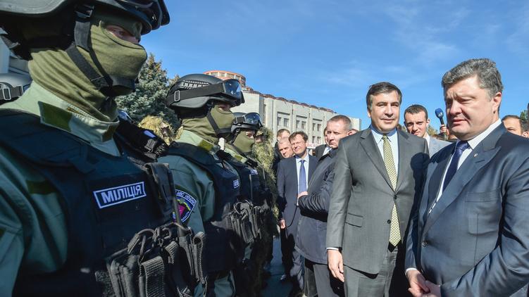 Президент Петр Порошенко (крайний справа) и одесский губернатор Михаил Саакашвили (второй справа) пока предпочитают избегать конфликта, фото: president.gov.ua