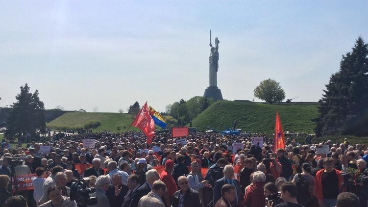 В прошлом году на 1 мая коммунисты все-таки собрали митинг у Родины-мать, фото: rbc.ua
