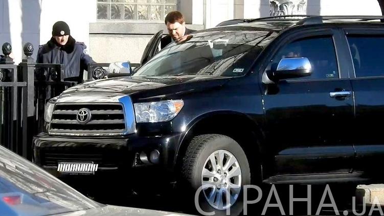Андрей Лозовой усаживается в новенький джип, фото: Изым Каумбаев,