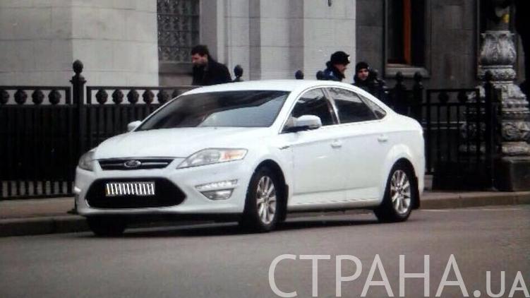 Нардеп Парасюк приехал в Раду на новенькой иномарке, фото: Аркадий Манн,