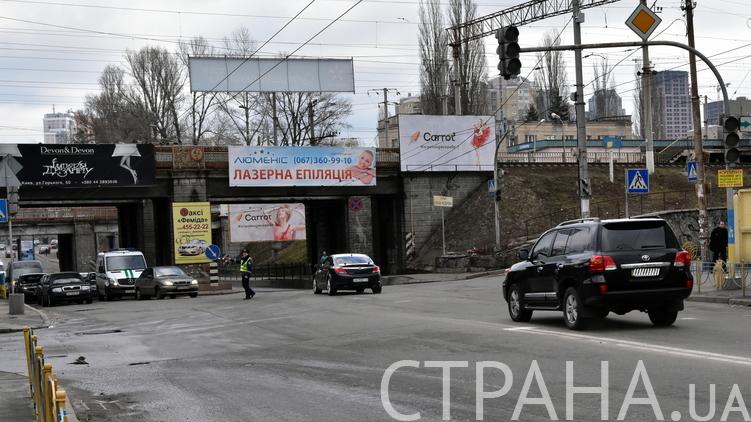 Регулировщик пропускает автомобили Турчинова, фото: Аркадий Манн,