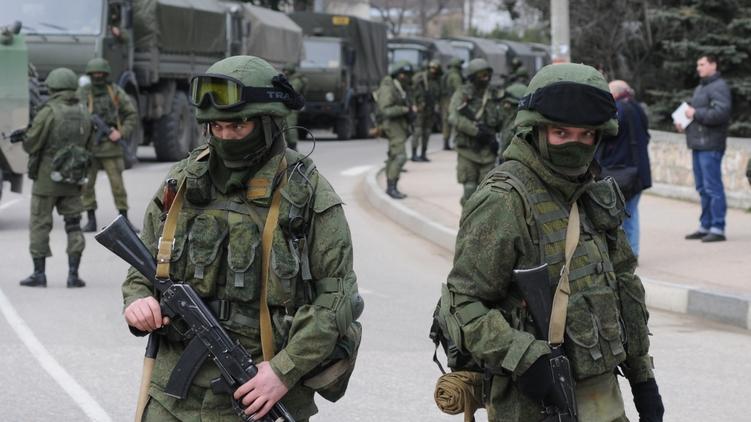 Военные без опознавательных знаков присутствуют возле морской пограничной охраны в Балаклаве (Крым), фото:
