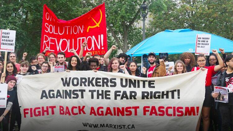Протест социалистов в США под флагом с серпом и молотом - участники призывают к солидарности против ультраправых