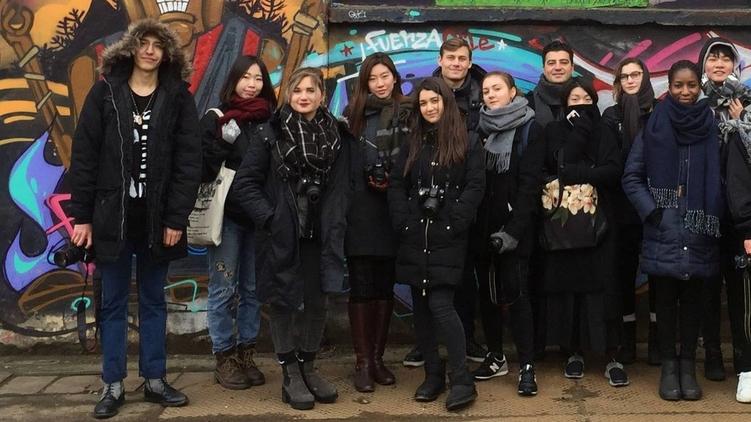 Кристина Гройсман ( по центру) со своими одногруппниками из разных стран, фото: facebook.com/CATScollegelondon