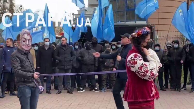 Акция против внешнего управления под посольством США в Киеве. Фото