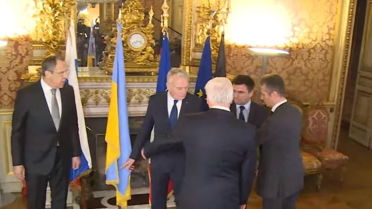 Символичсекий момент: Климкина в Париже просят стать около украинского флага и Лаврова, Фото: twitter.com/GermanyDiplo