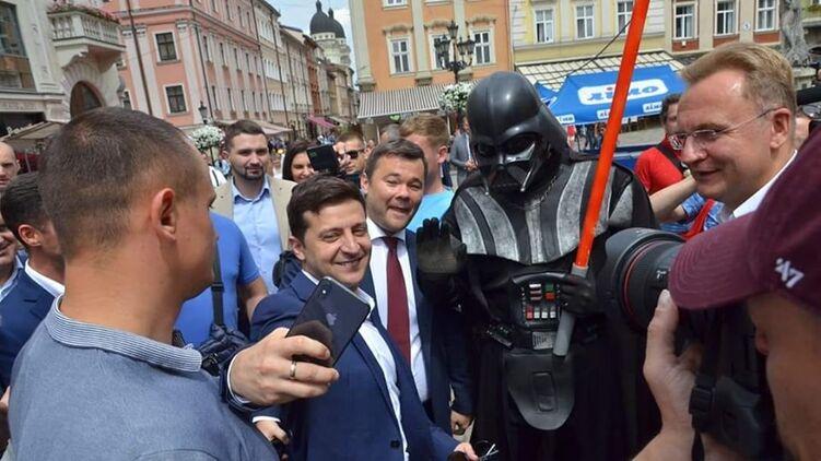 Зеленский пытается понравиться на Западной Украине,  но закрытие