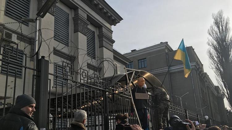 Пикетчики вывесили над оградой посольства флаг Украины и куклу-чучело, Игорь Мосийчук/Facebook