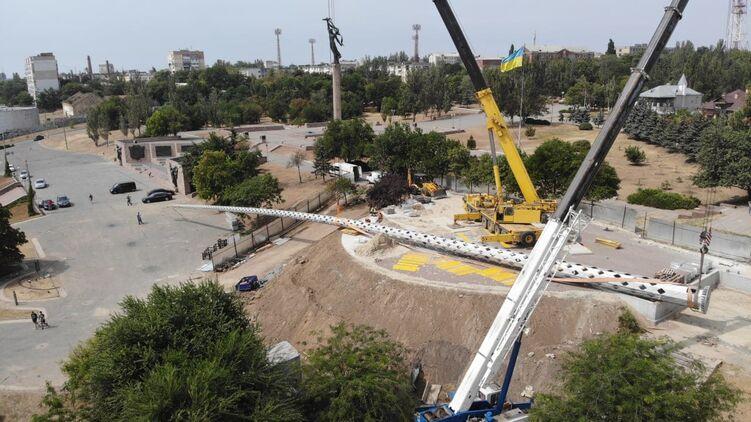 В Херсоне рухнул самый высокий флагшток в области. Фото: facebook