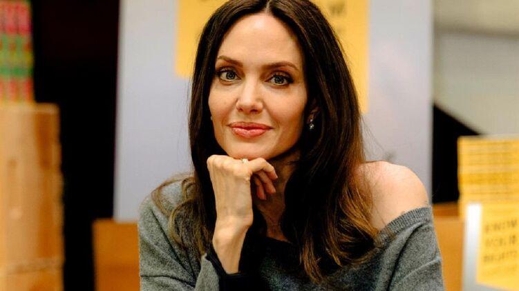 Анджелина Джоли и ее новая книга о защите прав молодежи. Фото: angelinajolie/Instagram
