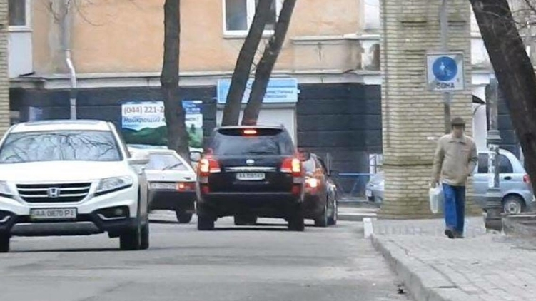 Машины силовика выезжают из парка КПИ, фото: Изым Каумбаев,