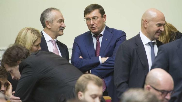 Глава фракции БПП Юрий Луценко (в центре) тяготится своими обязанностями, фото: Анастасия Сироткина (