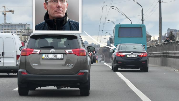 Политик едет по полосе для общественного транспорта наряду с маршруткой, фото: Аркадий Манн