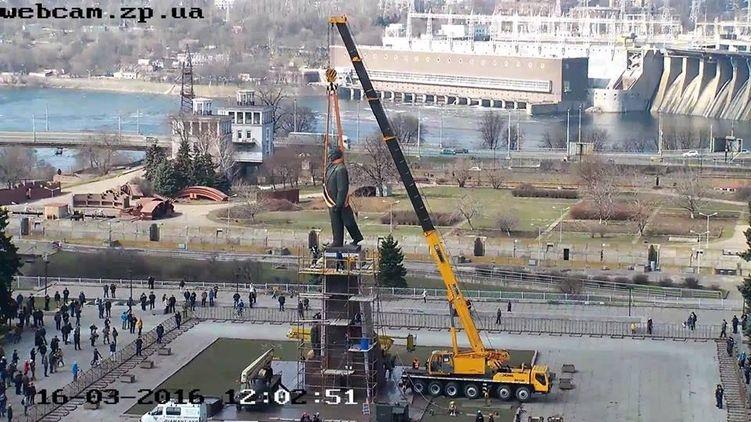 Демонтажом Ленина занимались сразу три строительных крана, Громадське ТВ Запорожье