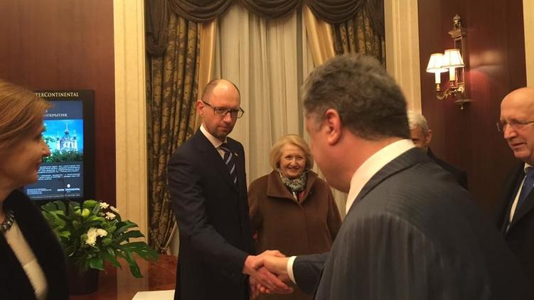 Ни один мускул не дрогнул на лице Арсения Яценюка при встрече с Петром Порошенко, фото: Facebook/Мария Жартовская