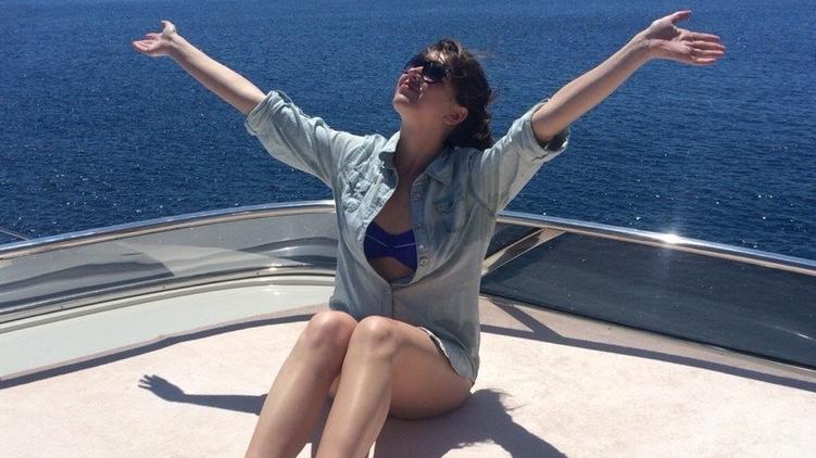 24-летняя дончанка Анна Андреева искренне рада жизни и Солнцу во время морской прогулки на яхте, фото: Facebook/Анна Андреева