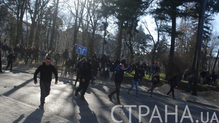Радикалы во Львове окружают место проведения ЛГБТ-феста