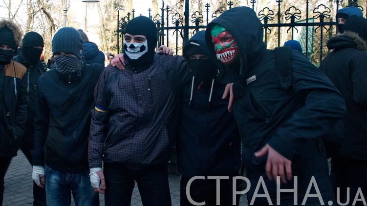 Молодые люди утверждают, что пришли защитить участников Фестиваля равенства от исламского нашествия, фото: Игорь Бурдыга/