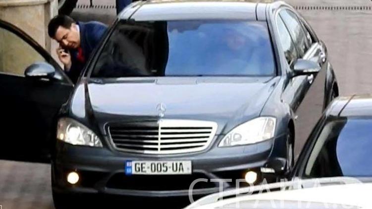 На машине символичные номера с сокращенными названиям Грузии и Украины, фото: Изым Каумбаев
