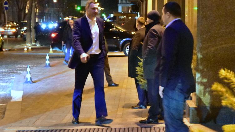 Мэр Киева Виталий Кличко спешит на праздник брата, фото: Аркадий Манн,