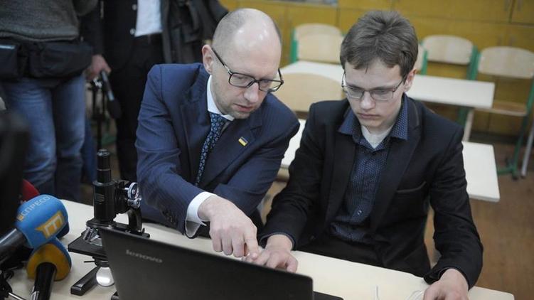 Премьер Арсений Яценюк (слева) видит возможность сохранить свое кресло, фото: Facebook/Арсений Яценюк