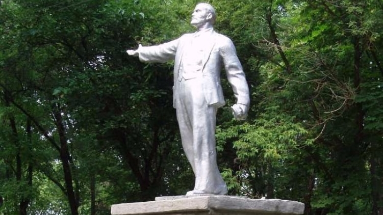 Памятник Ленину в поселке городского типа Тарутино возможно доживает последние дни, Всеволод Кузьменко