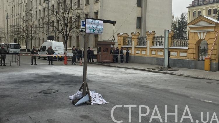 Активисты установили самодельную виселицу с провокационной надписью буквально под окнами АП, фото: Галина Студенникова/
