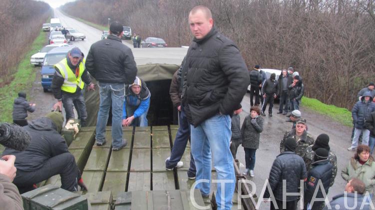 Под Артемовском (на трассе к Славянску) разоружают артиллерийскую воинскую часть, фото: Александр Сибирцев, апрель 2014/