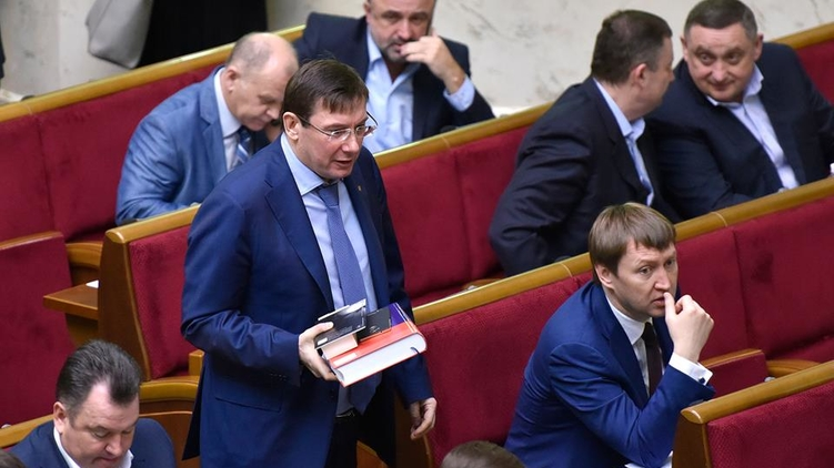 В парламенте идут приготовления к переходу Юрия Луценко (в центре) на работу в Генеральную прокуратуру, фото: Блок Петра Порошенко / Facebook